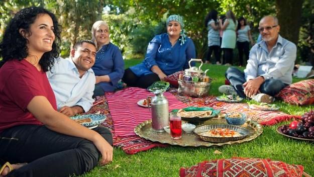 806534-afghan-family-picnic-e1432298828766